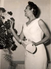 Dorothy_dandridge_with_purse